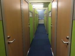 ブースは緑のパーテーションで仕切られていて、大小合わせて17のブースがあります。